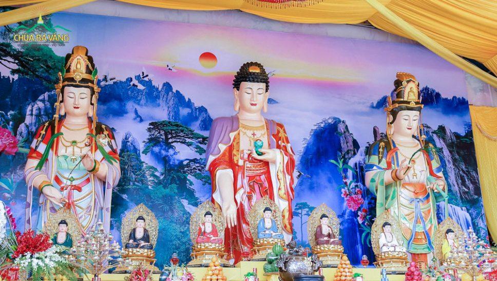 Ba Tượng Phật Tam Thế - Chùa Ba Vàng