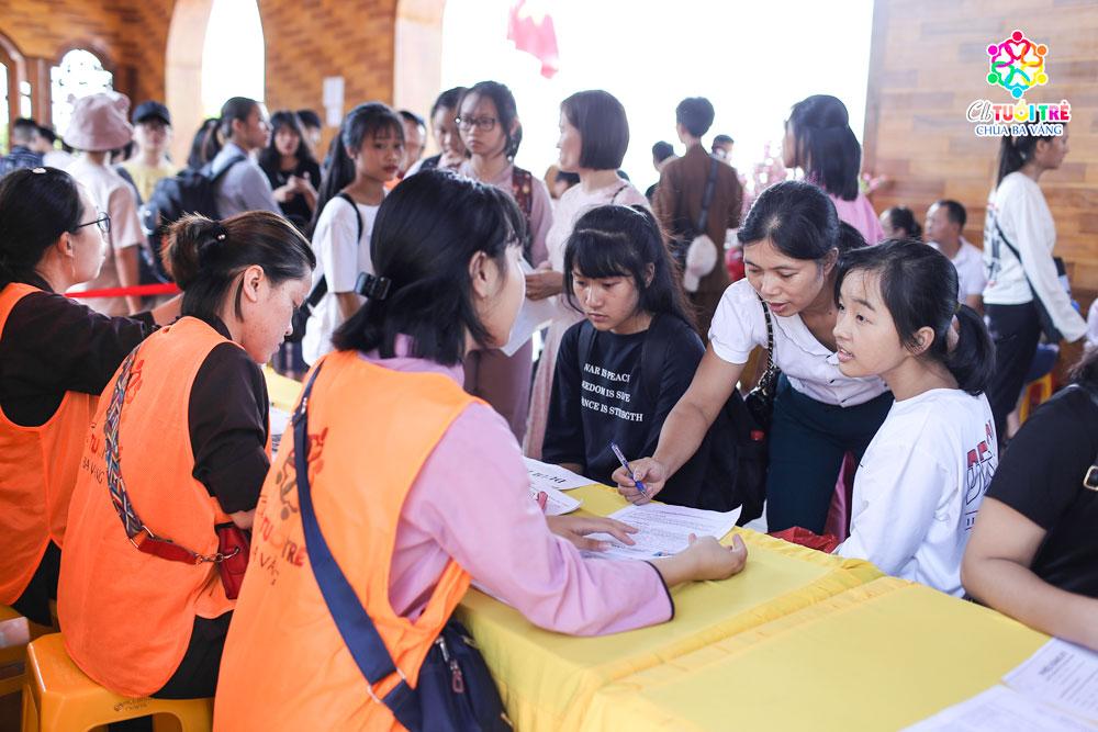 Các bạn tình nguyện viên hướng dẫn khóa sinh tại khu vực ghi danh