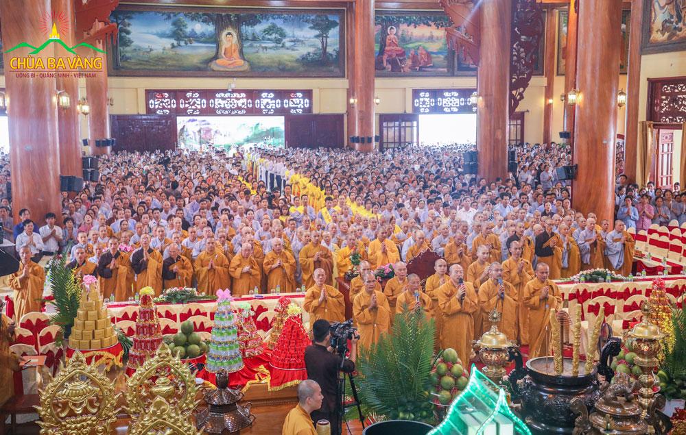 Phật tử từ khắp mọi miền tổ quốc vân tập về chùa Ba Vàng dự lễ Phát Bồ Đề Tâm nguyện