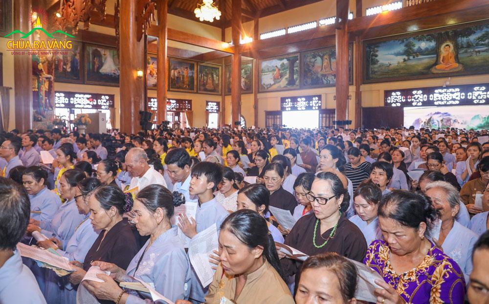 Hàng vạn quý Phật tử chùa Ba Vàng về tham dự đại lễ