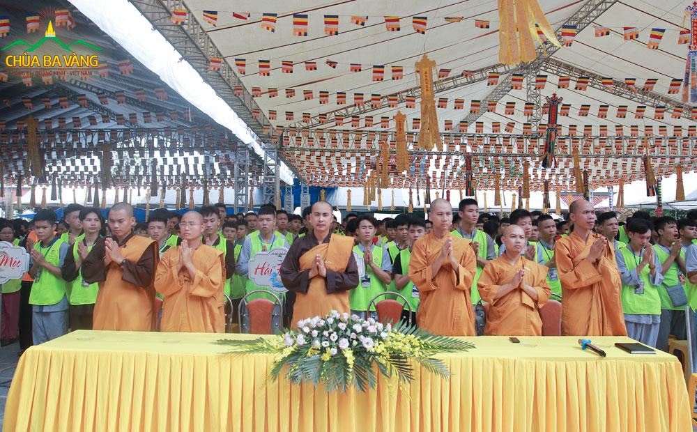 Các bạn khóa sinh tham dự đại lễ Phát Tâm Bồ Đề và Đại Lễ Cầu Siêu