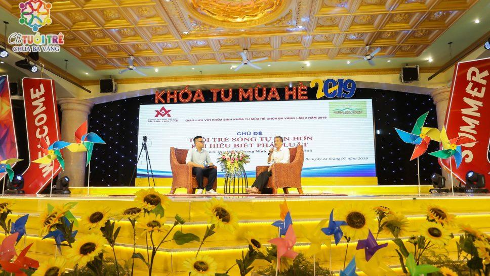 Luật sư Vũ Quang Ninh chia sẻ cho các bạn khóa sinh Khóa tu mùa hè chùa Ba Vàng.