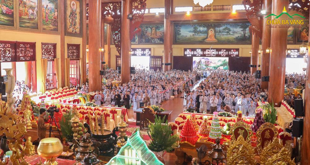 Phật tử về chùa Ba Vàng dự lễ Quy Y Tam Bảo và thọ nhận Bát Quan Trai Giới