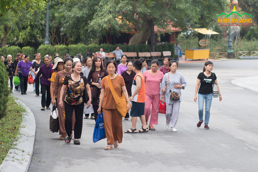Ngay từ sáng sớm đông đảo Phật tử đã về chùa tham dự đại Lễ