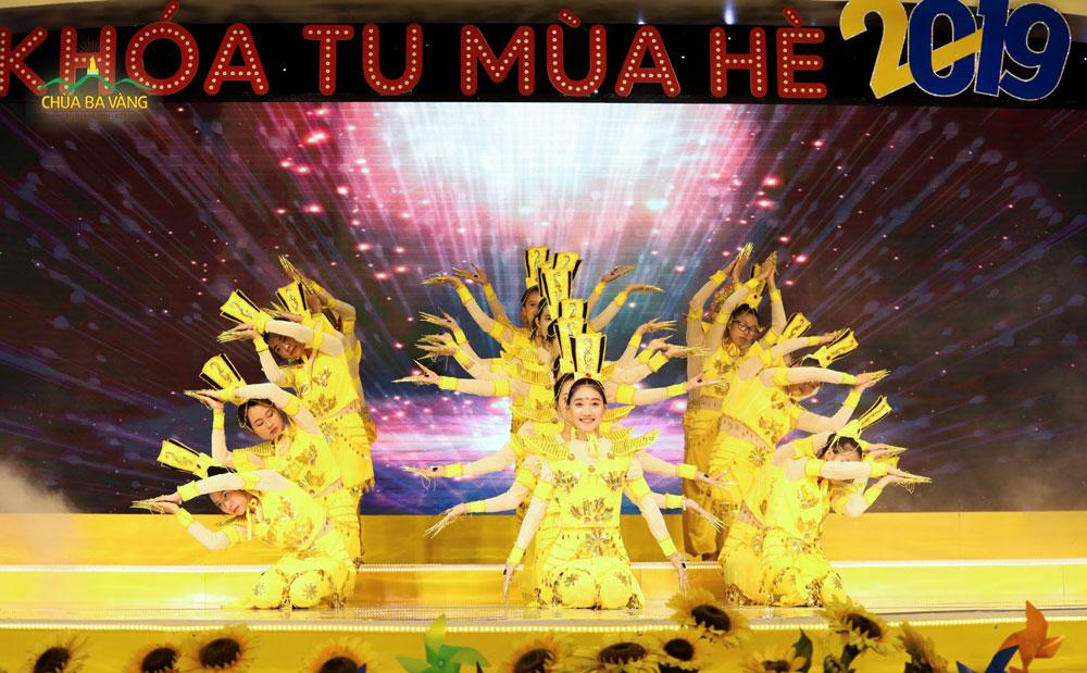 Tiết mục múa Thiên Thủ Thiên Nhãn của các bạn trẻ trong CLB Tuổi Trẻ Ba Vàng