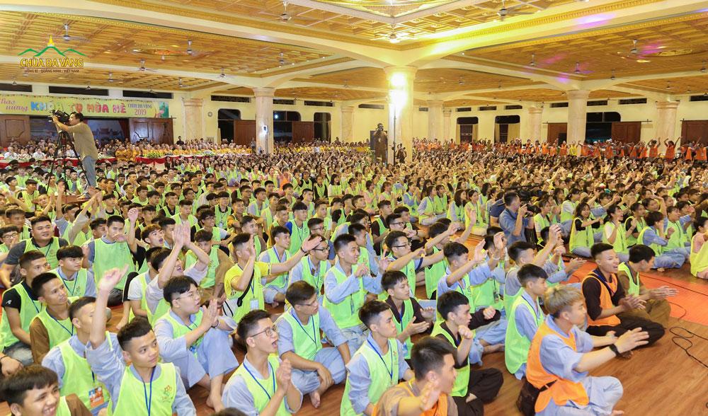 Các bạn khóa sinh hào hứng trong đêm Khai mạc Khóa tu mùa hè lần 2 - 2019
