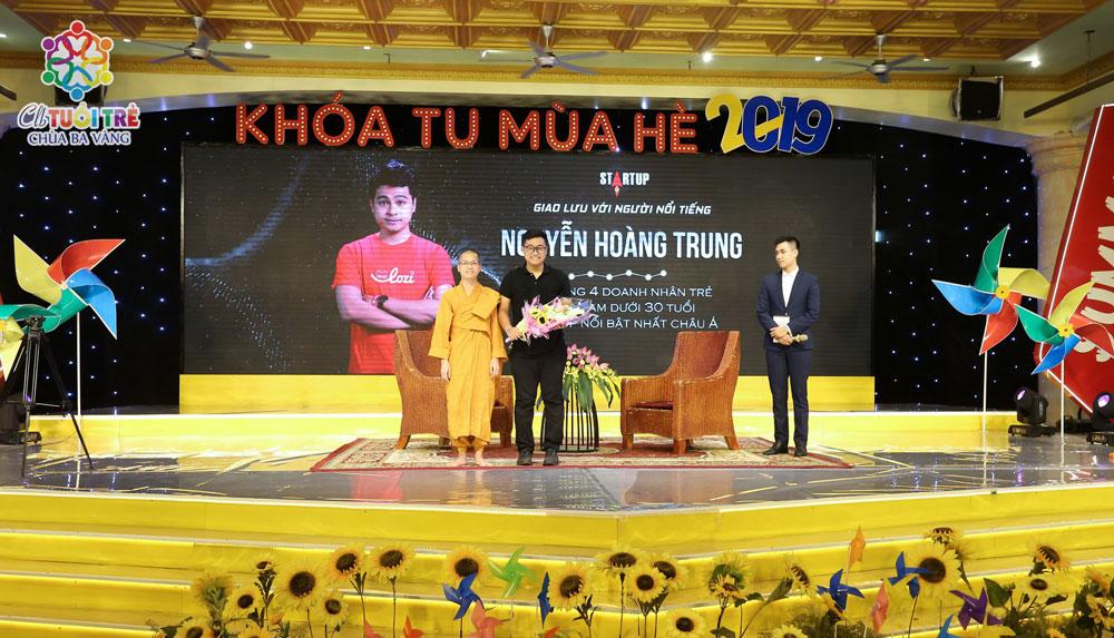 Đại Đức Thích Trúc Bảo Giác thay mặt cho Ban tổ chức có lãng hoa tươi thắm dành tặng cho anh Nguyễn Hoàng Trung