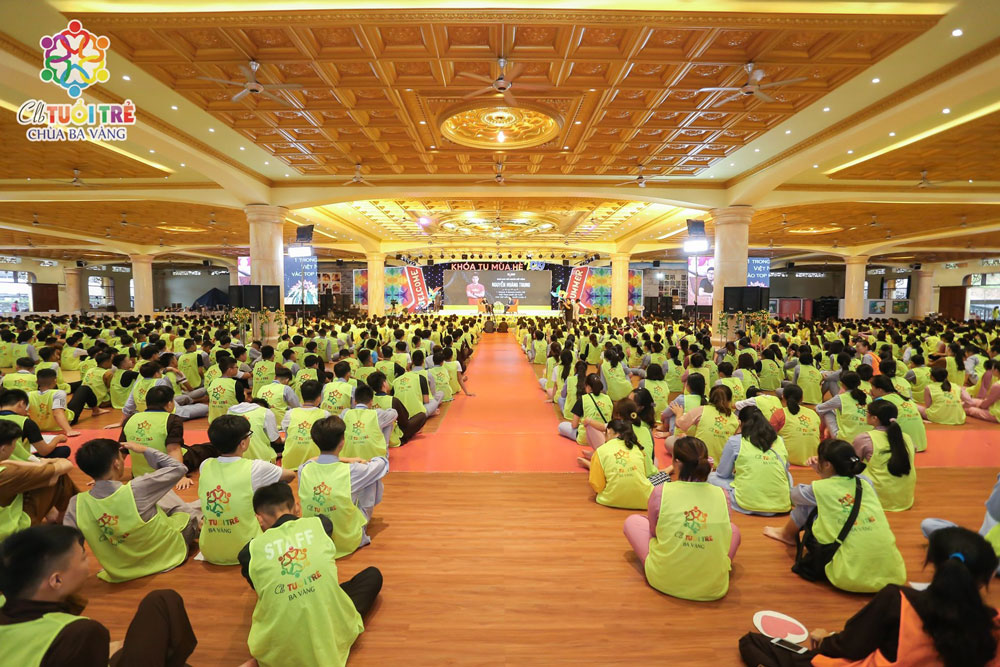 CEO Nguyễn Hoàng Trung giao lưu cùng với hàng ngàn các bạn khóa sinh