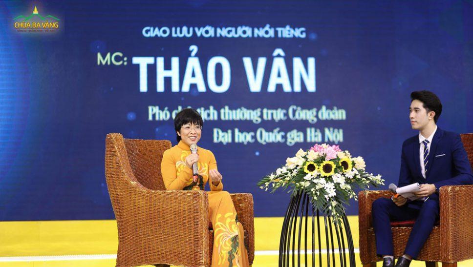 MC Thảo Vân trong buổi giao lưu tại Khóa tu mùa hè Chùa Ba Vàng