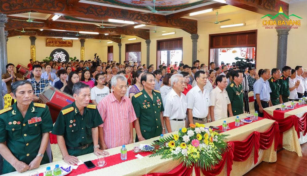 Đại biểu tham dự đại Lễ tri ân anh linh các anh hùng liệt sĩ tại chùa Ba Vàng