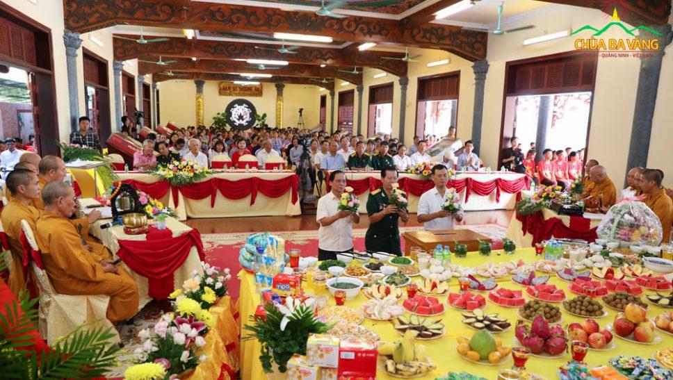 Nghi thức dâng hương tại Lễ tri ân anh hùng liệt sĩ chùa Ba Vàng