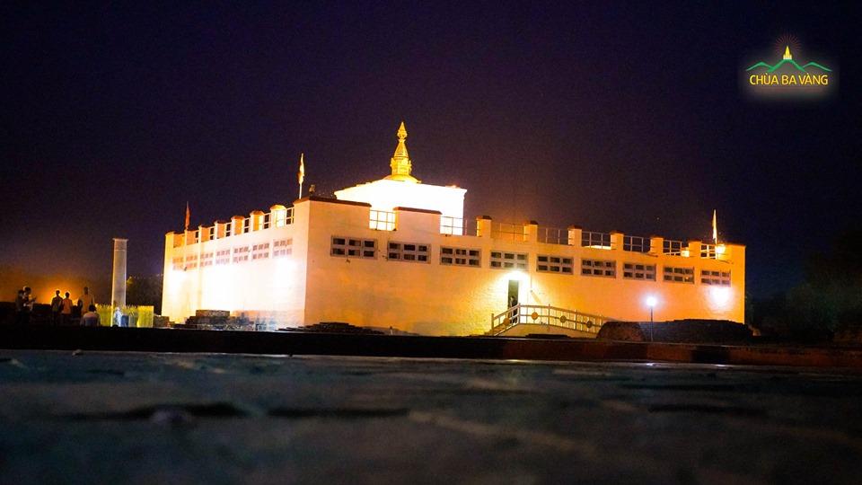 Đền thờ Hoàng hậu Ma Da cạnh Hồ Puskarni lung linh về đêm