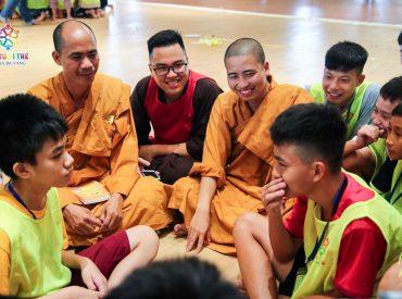 Chư Tăng quan tâm trò chuyện cùng với khóa sinh trong Khóa tu mùa hè