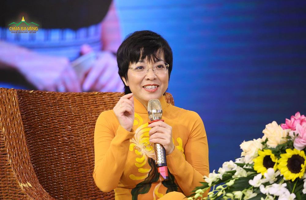 MC Thảo Vân chia sẻ với các bạn khóa sinh về khó khăn của cô thời còn đi học