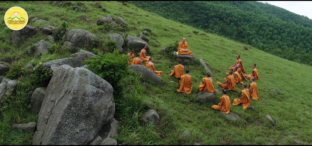 Hình ảnh chư Tăng chùa Ba Vàng tu tập trong rừng