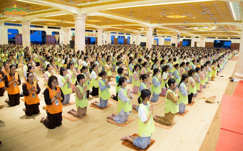 Các bạn khóa sinh lễ Phật và đọc tụng kinh Bát Đại Nhân Giác