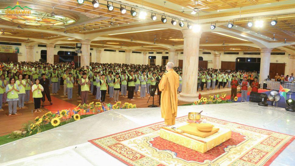 Hơn 2000 bạn khóa sinh tham dự thời khóa sám hối