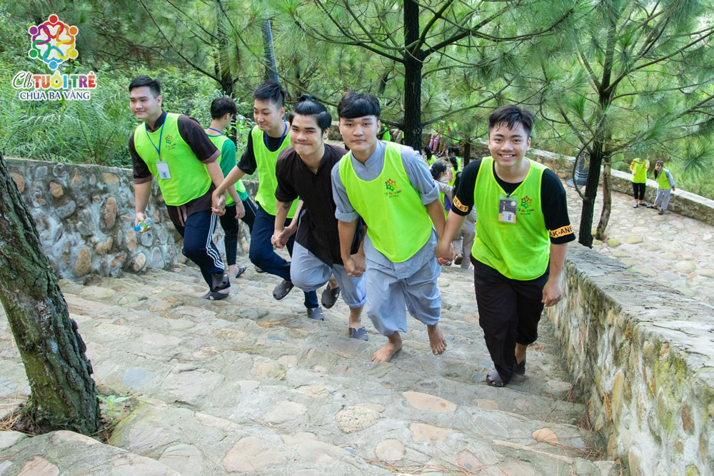 Các bạn khóa sinh hân hoan khi được chinh phục núi Ba Vàng