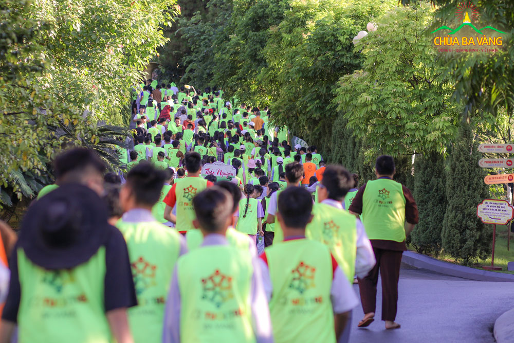 Hơn 2000 bạn khóa sinh tham gia hoạt động leo núi Ba Vàng