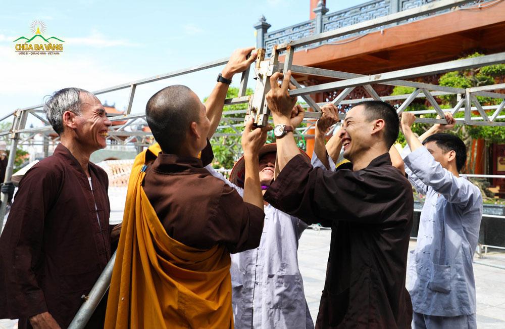 Các Phật tử hoan hỷ làm việc dưới sự sách tấn của chư Tăng Chùa Ba Vàng