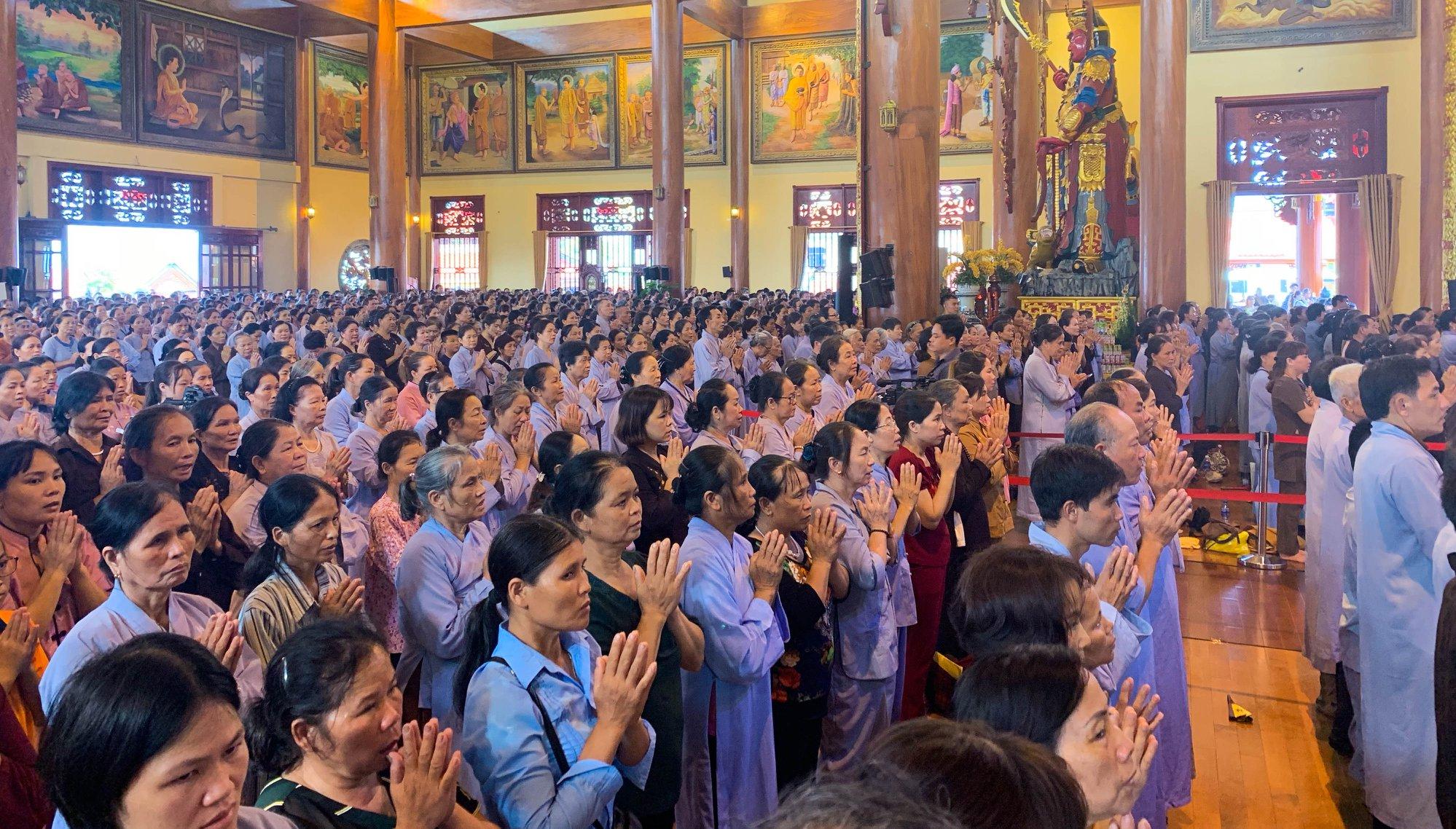 Các Phật tử chắp tay trang nghiêm trong buổi Lễ Vu Lan 2019