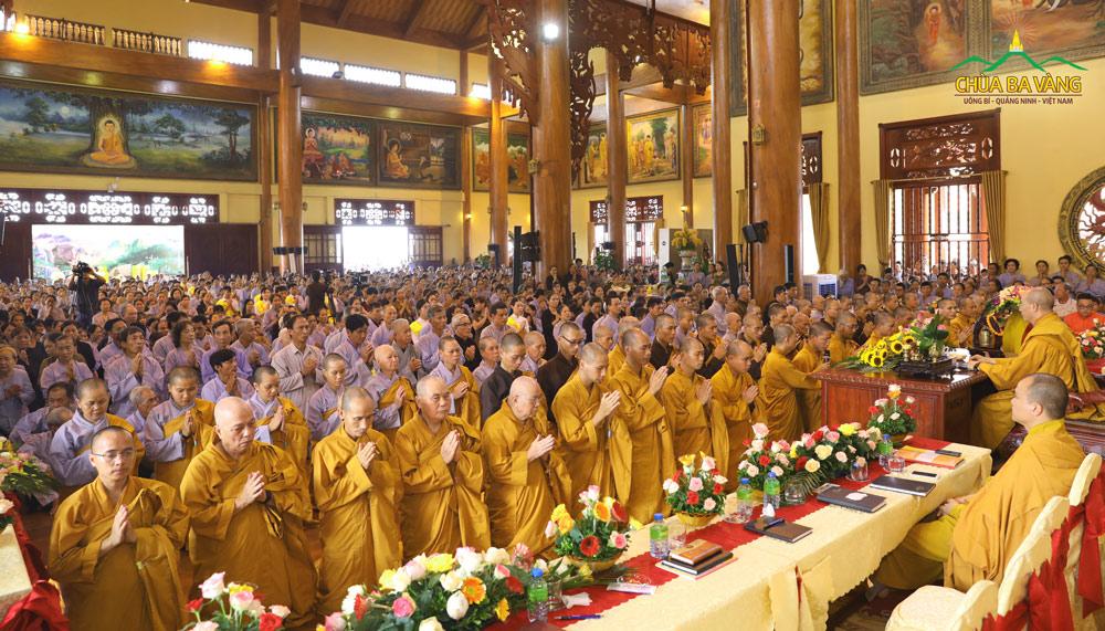 Đại đức Thích Trúc Bảo Thành thay mặt cho toàn thể đại chúng dâng lời tác bạch sám hối, tri ân đến Sư Phụ Thích Trúc Thái Minh