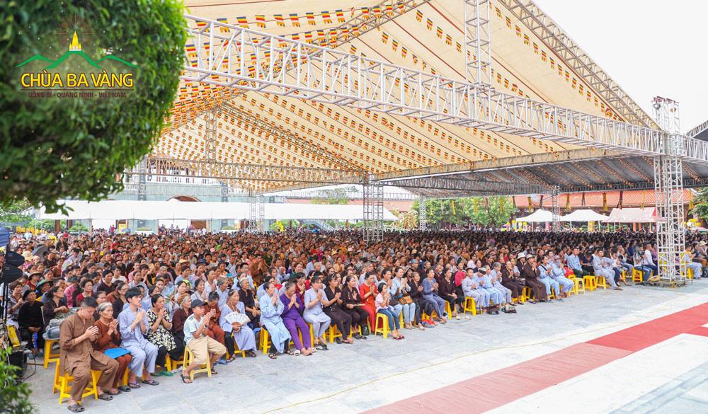 Gần 2 vạn người tham dự lễ Vu Lan báo hiếu tại chùa Ba Vàng