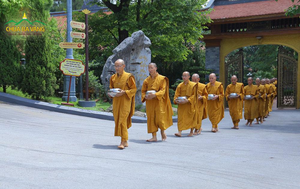 Chư Tăng chùa Ba Vàng khất thực mùa Vu Lan
