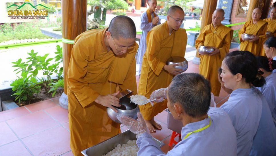Phật tử cung kính sớt bát cúng dường chư Tăng mùa Báo hiếu