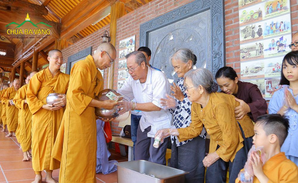 Phật tử hoan hỷ sớt bát cúng dường chư Tăng