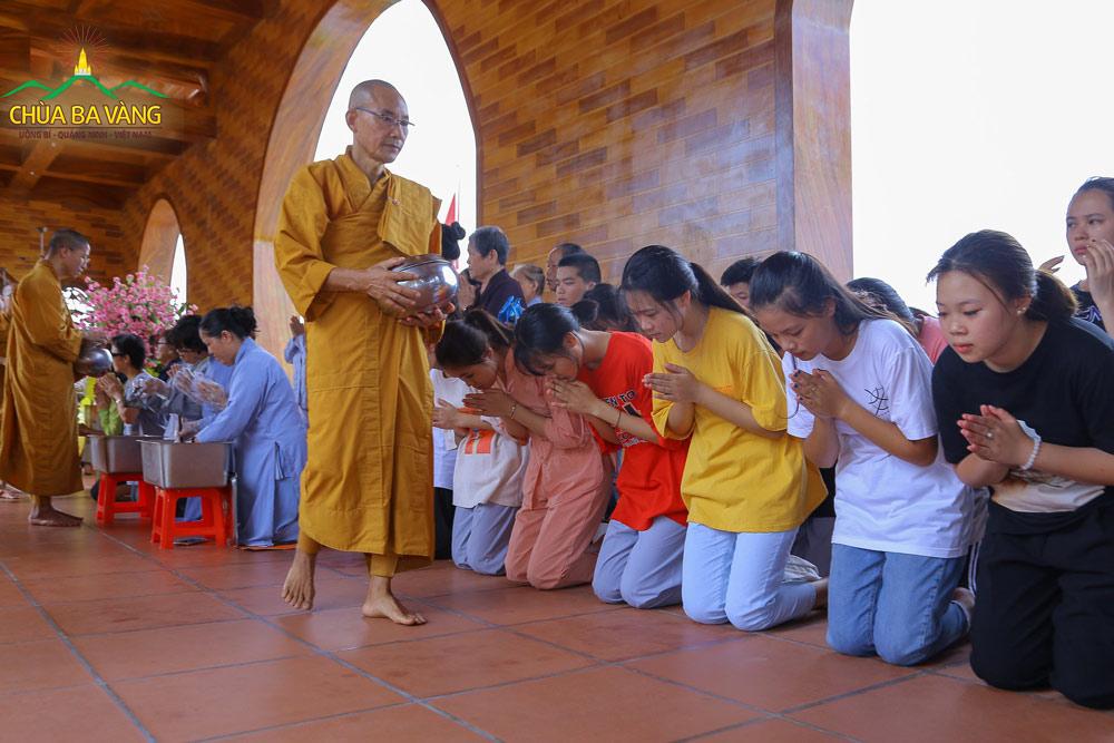 Các Phật tử trẻ thể hiện lòng thành kính của mình trước chư Tăng chùa Ba Vàng