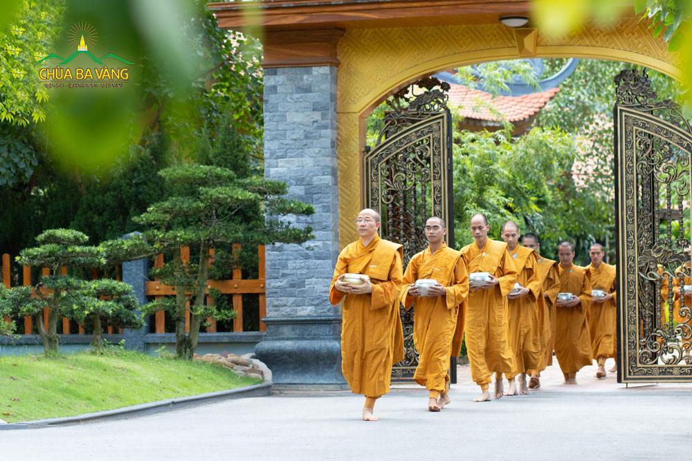 Khất thực là một truyền thống ba đời chư Phật