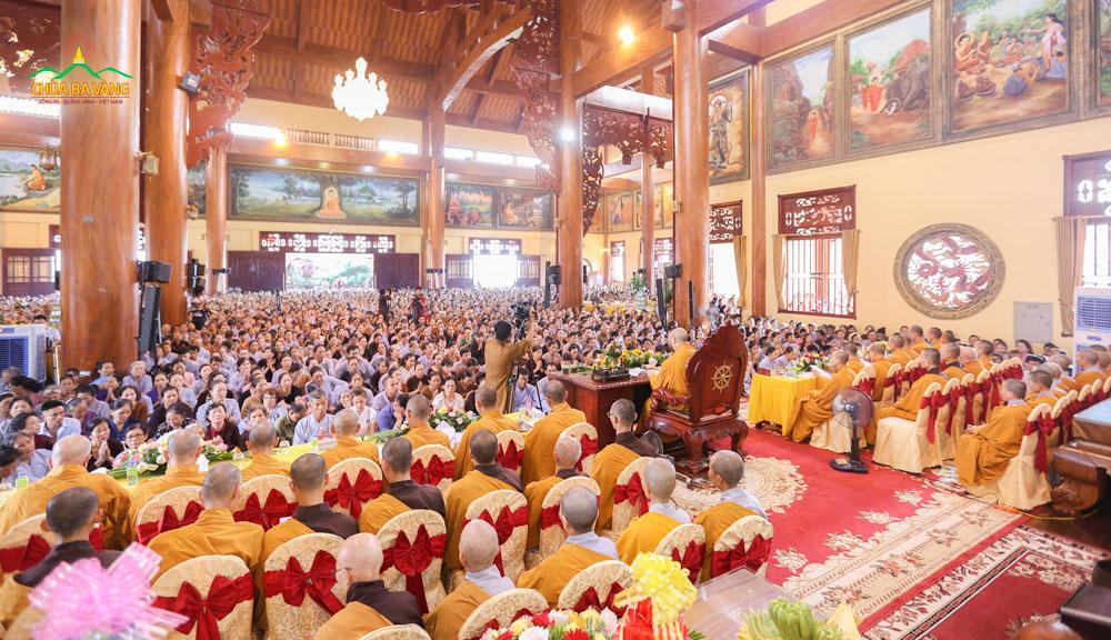 Tầng 1 Chính Điện Chùa Ba Vàng chật kín người tham dự buổi lễ Cầu Siêu