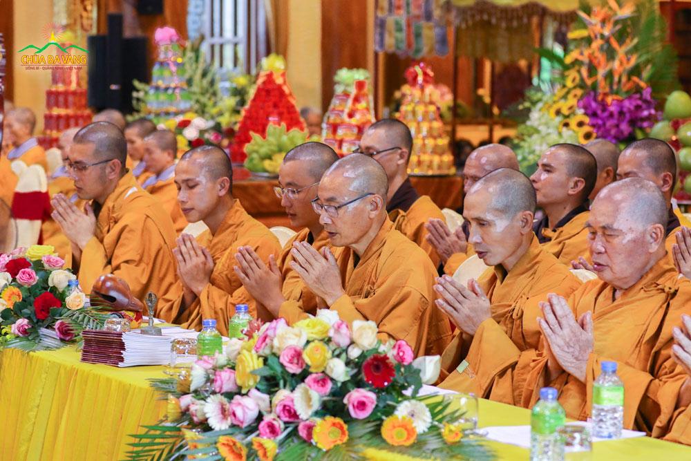 Chư Tăng chùa Ba Vàng thực hiện nghi thức cầu siêu