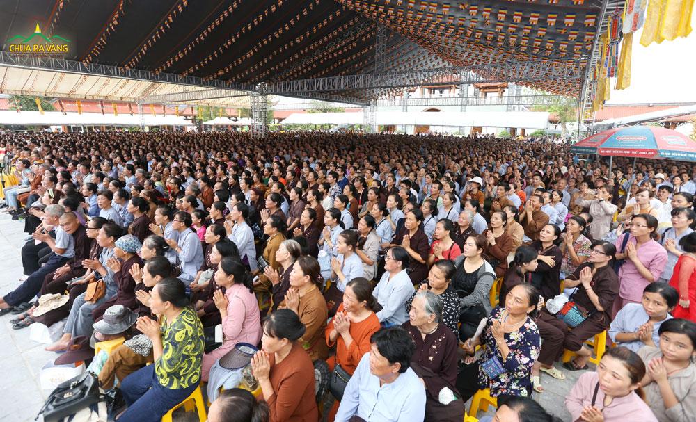 Sân Chính Điện chùa Ba Vàng đầy ắp người tham dự Lễ Cầu Siêu