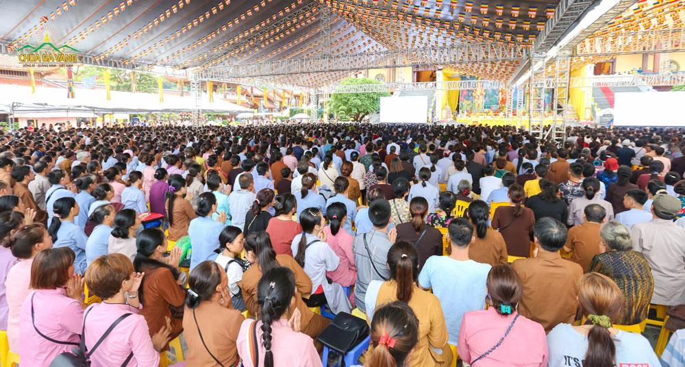 Hàng ngàn Phật tử về chùa tham dự đại lễ Cầu siêu tại chùa Ba Vàng
