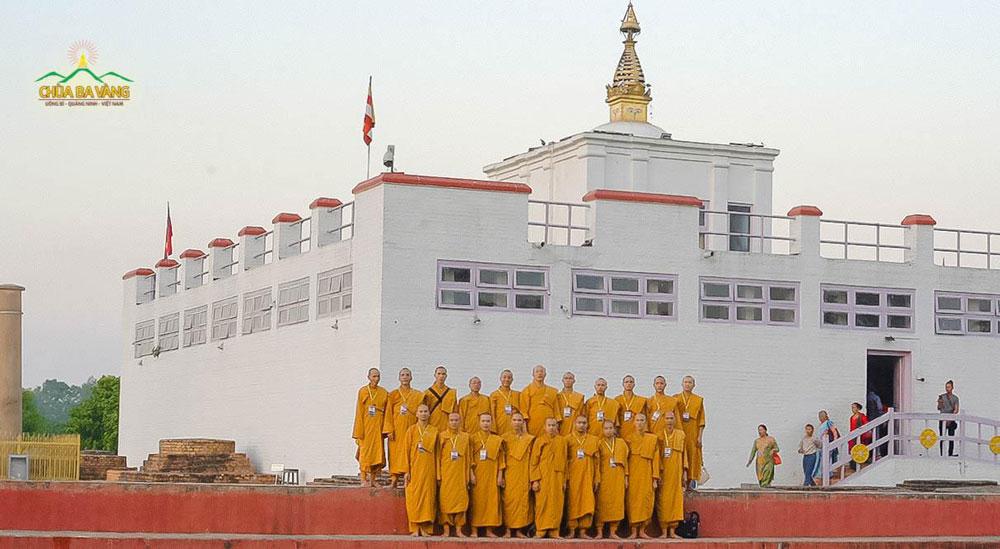 Đại Tăng Chùa Ba Vàng chụp ảnh lưu niệm tại vươn Lâm Tỳ Ni - Nơi Đức Phật đản sinh