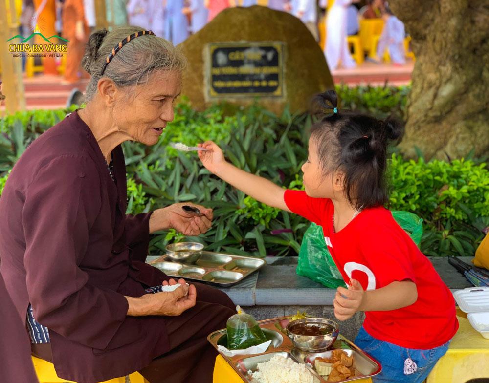 Hai bà cháu cùng nhau lên chùa tham dự lễ Vu Lan