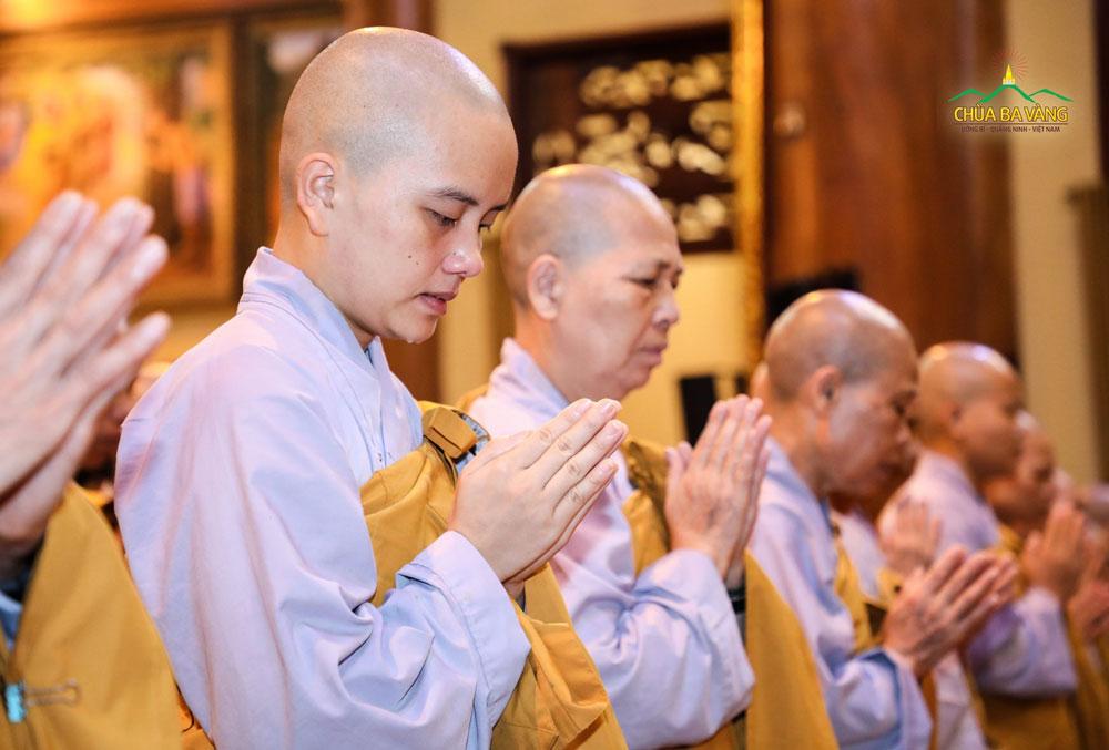 Chư Tăng Ni xúc động trong buổi Lễ Khánh tuế Sư Phụ