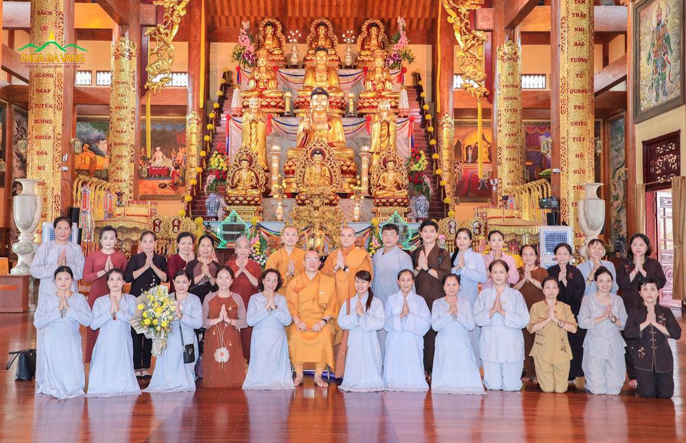 Thầy Thích Nhuận Hòa và phái đoàn chụp ảnh lưu niệm cùng đại Tăng chùa Ba Vàng