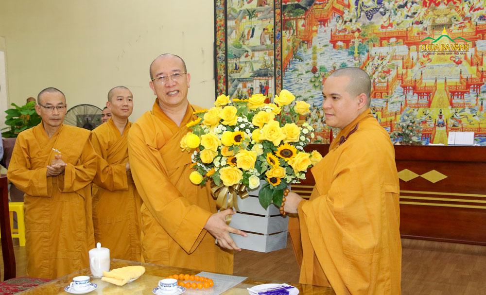 Thầy Nhuận Hòa có lãng hoa tươi thắm kính tặng tới Sư Phụ Thích Trúc Thái Minh