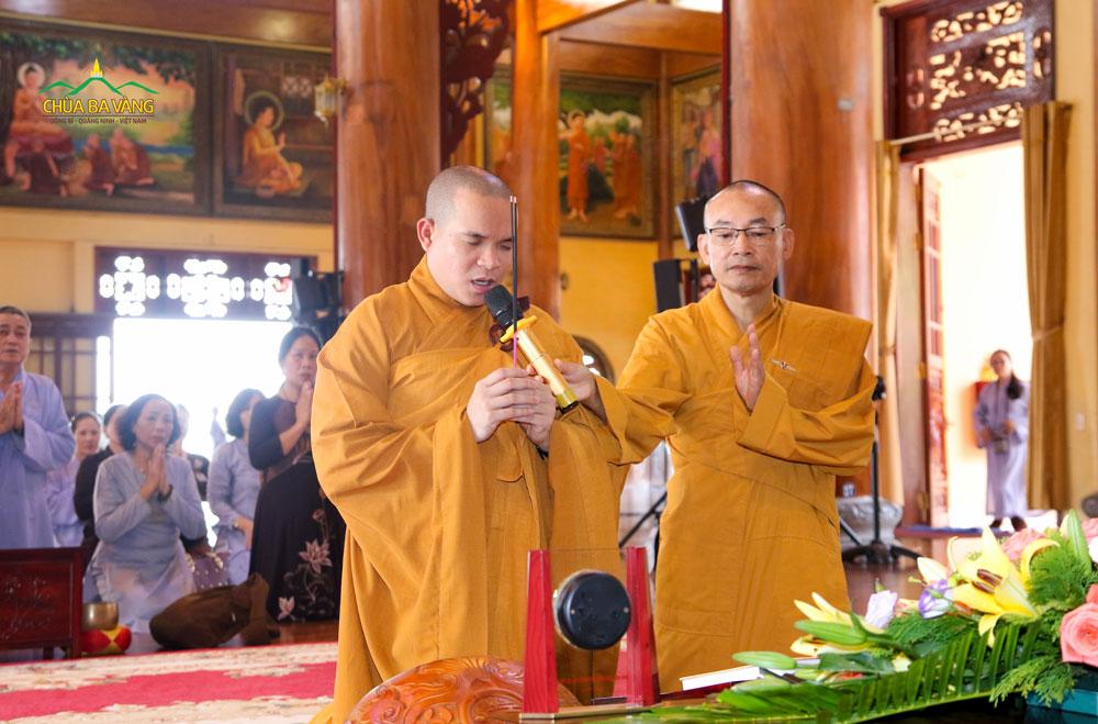 Thầy Nhuận Hòa - Trụ trì chùa Phật Bửu dâng hương tại Chính Điện tầng 2 chùa Ba Vàng