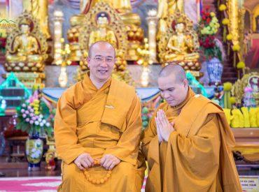 Thầy Nhuận Hòa chụp ảnh kỷ niệm cùng Sư Phụ Thích Trúc Thái Minh