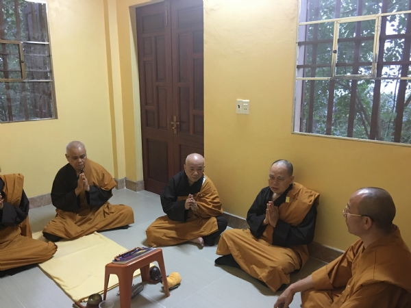 Sư Phụ Thích Trúc Thái Minh chỉ dạy và sách tấn chúng Sadi nhập thất chuyên tu.