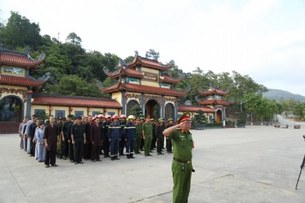 Gần 100 nam nữ Phật tử hiện đang sinh hoạt và làm việc tại chùa tham gi buổi thực tập.