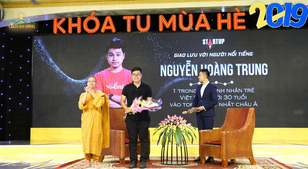 CEO Lozi Nguyễn Hoàng Trung trong buổi giao lưu với các bạn khóa sinh tại Khóa tu mùa hè Chùa Ba Vàng
