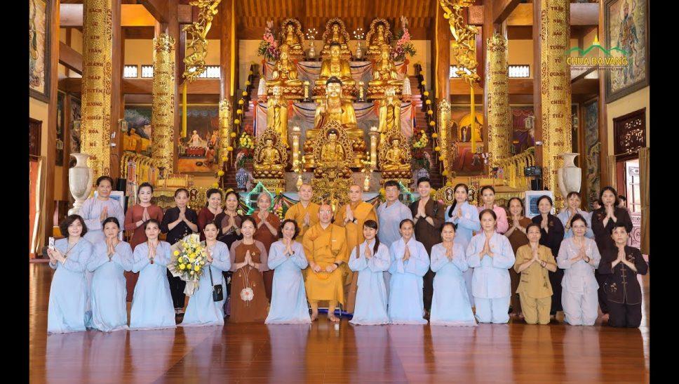 Thầy Nhuận Hòa và phái đoàn chụp ảnh lưu niệm tại chùa Ba Vàng