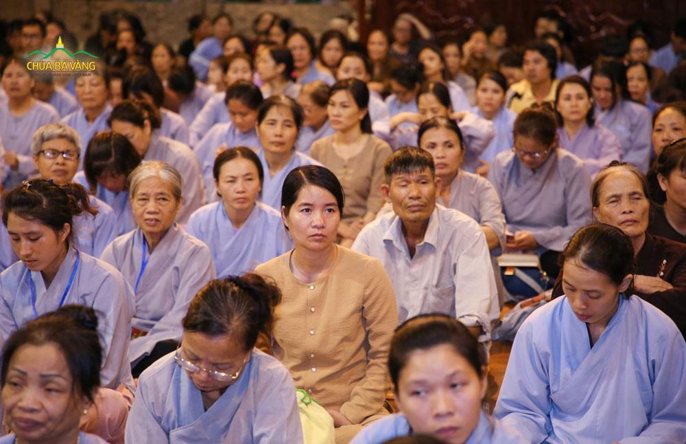 Phật tử chăm chú lắng nghe những lời Pháp thoại của Sư Phụ