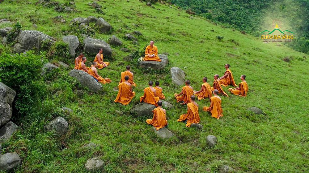 Chư Tăng chùa Ba Vàng tu tập cầu đạo giải thoát