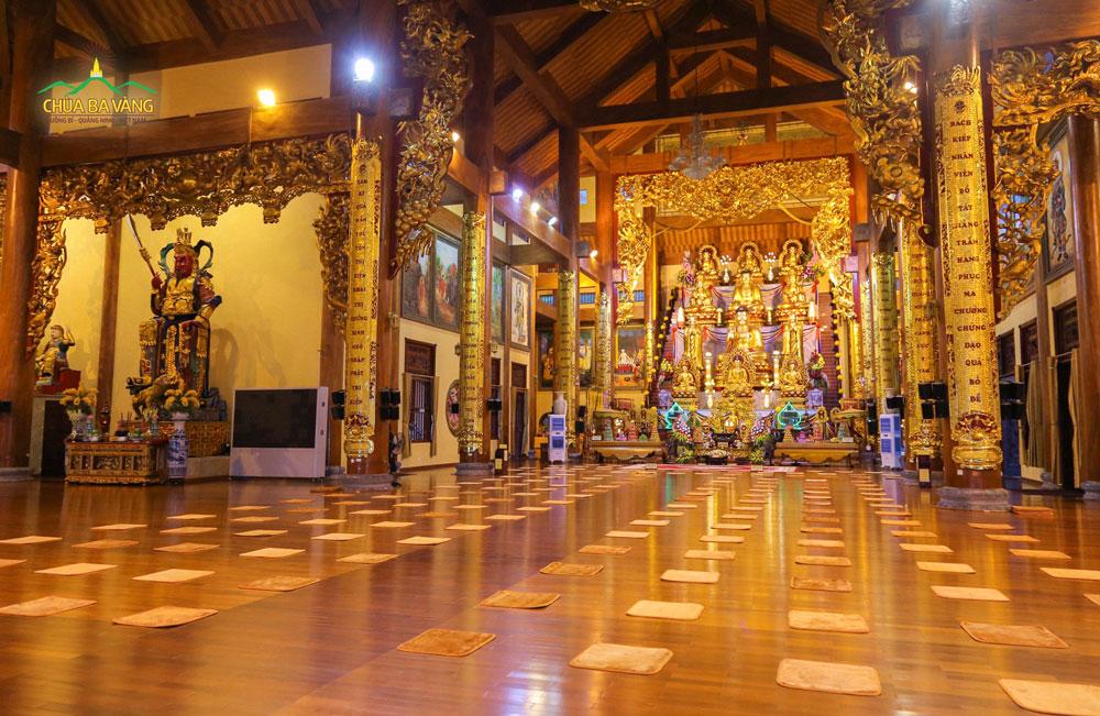 Chính Điện Tầng 1 chùa Ba Vàng trước thời khóa công phu khuya vào buổi sáng